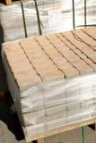 Камни мостоваой на рынке Магазин вымощая слябов Булыжник на паллетах стоковая фотография rf