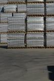 Камни мостоваой на рынке Магазин вымощая слябов Булыжник на паллетах стоковая фотография