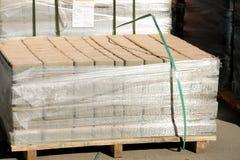 Камни мостоваой на рынке Магазин вымощая слябов Булыжник на паллетах стоковое фото rf