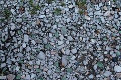 Камни на земле, предпосылке и текстуре формируют с скалистой поверхностью на верхней части Гравий в лете на месте Стоковые Изображения