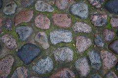 Камни на мостоваой в траве стоковая фотография rf