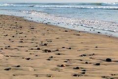 Камни на пляже на пляже положения сосен Torrey в Сан-Диего Стоковые Изображения RF