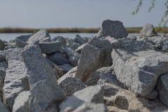 Камни на речном береге Стоковые Фото