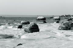 Камни пляжа в снеге стоковое фото