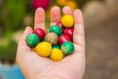 Камни руки покрашенные удерживанием красочные округленные Стоковые Фото
