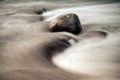 Камни среди быстрой подачи воды Стоковые Изображения RF