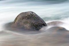 Камни среди быстрой подачи воды Стоковое Изображение RF