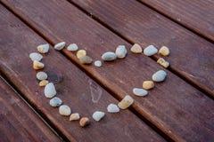 Камни формируя символ сердца Стоковые Изображения