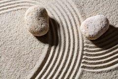 Камни через песок выравниваются для концепции направления и изменения стоковое изображение