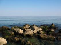 камни черного seashore шагая Стоковая Фотография