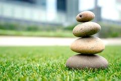 Камни штабелированные вверх на траве Стоковое фото RF