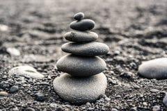 Камни штабелированные na górze черного пляжа в Исландии Стоковые Фото