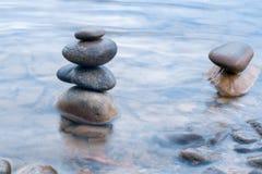 Камни штабелированные на сцене реки Стоковое Изображение RF