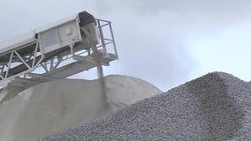 Камни щебня посыплют от конвейерной ленты акции видеоматериалы