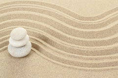 Камни Дзэн баланса в песке Стоковые Фото