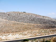 Камни Karmiel на холме и дороге 2008 Стоковые Фотографии RF
