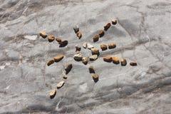 Камни ` s формы Солнця на пляже Стоковое Фото
