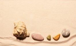 Камни Seashell и моря на песке волейбол лета пляжа шарика предпосылки красивейший пустой Стоковые Изображения