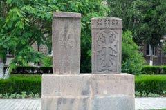 2 камня высекаенных серым цветом khachkar, в Echmiadzin Стоковое фото RF