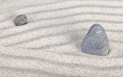 2 камня в песке, природе и концепции сработанности Стоковое Изображение