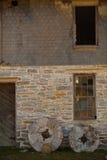 2 камня мельницы против каменного здания Стоковая Фотография RF