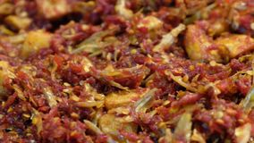 Камса и картошка зажаренные Stir с Chili сток-видео