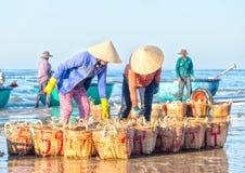 2 камсы поклона рыболовов, который помогли принести обрабатывать Стоковая Фотография RF