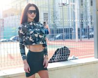камуфлирование фасонируйте улицу красивая юбка девушки брюнет вкратце хаки и супер модные солнечные очки Стоковое фото RF