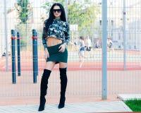 камуфлирование фасонируйте улицу красивая юбка девушки брюнет вкратце хаки и супер модные солнечные очки Стоковое Изображение RF