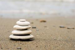 камушки баланса складывают seacoast Стоковые Фотографии RF