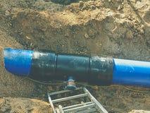 Канава для класть трубопровод Конструкция труб питьевой воды стоковые изображения rf