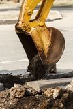 Канава экскаватора колеса выкапывая на скалистой земле Стоковые Изображения RF