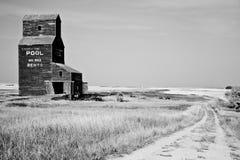 канадская прерия ландшафта зерна лифта Стоковая Фотография