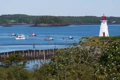 Канадский деревянный маяк обозревает гавань стоковые изображения