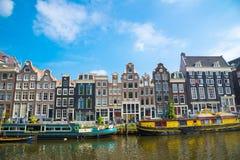 Каналы Амстердама с шлюпками и типичными голландскими домами, Нидерландами Стоковые Фотографии RF