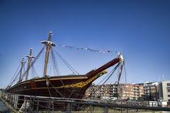 Каналы в город и старый 2-masted корабль Стоковые Фотографии RF