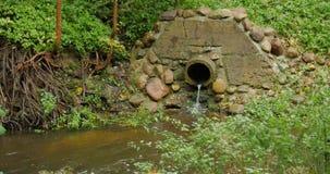 Каналы дренажа трубы цемента строения конкретные стекают поток жидкости сток-видео