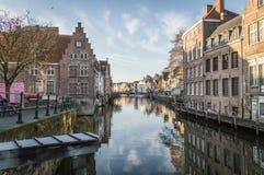 Каналы и старые средневековые дома, Brugge, западная Фландрия, Бельгия Городской пейзаж зимы солнечный стоковые фото