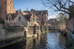 Каналы и старые средневековые дома, Brugge, западная Фландрия, Бельгия Городской пейзаж зимы солнечный стоковые изображения rf