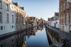 Каналы и старые средневековые дома, Brugge, западная Фландрия, Бельгия Городской пейзаж зимы солнечный стоковые фотографии rf