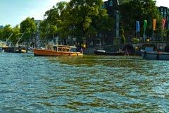 Каналы и шлюпки Амстердама стоковые фотографии rf
