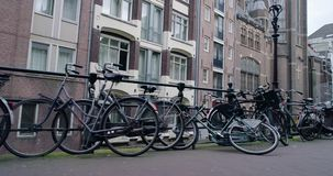 Канал Амстердама, северная Голландия, королевство Нидерландов Centrer, около красно-светлой улицы сток-видео