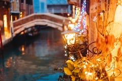 Канал Венеции поздно на ноче с загораться уличного света стоковые изображения