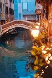 Канал Венеции поздно на ноче с загораться уличного света стоковое изображение