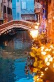 Канал Венеции поздно на ноче с загораться уличного света стоковые фотографии rf