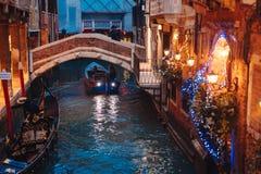 Канал Венеции поздно на ноче с загораться уличного света стоковое фото rf