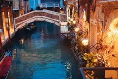 Канал Венеции поздно на ноче с загораться уличного света стоковая фотография rf