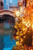 Канал Венеции поздно на ноче с загораться уличного света стоковая фотография