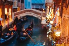 Канал Венеции поздно на ноче с загораться уличного света стоковые изображения rf