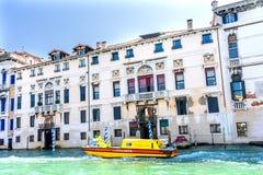 Канал Венеция Италия желтой машины скорой помощи красочный грандиозный стоковое изображение rf